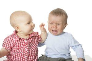 泣く赤ちゃんとあやす赤ちゃん